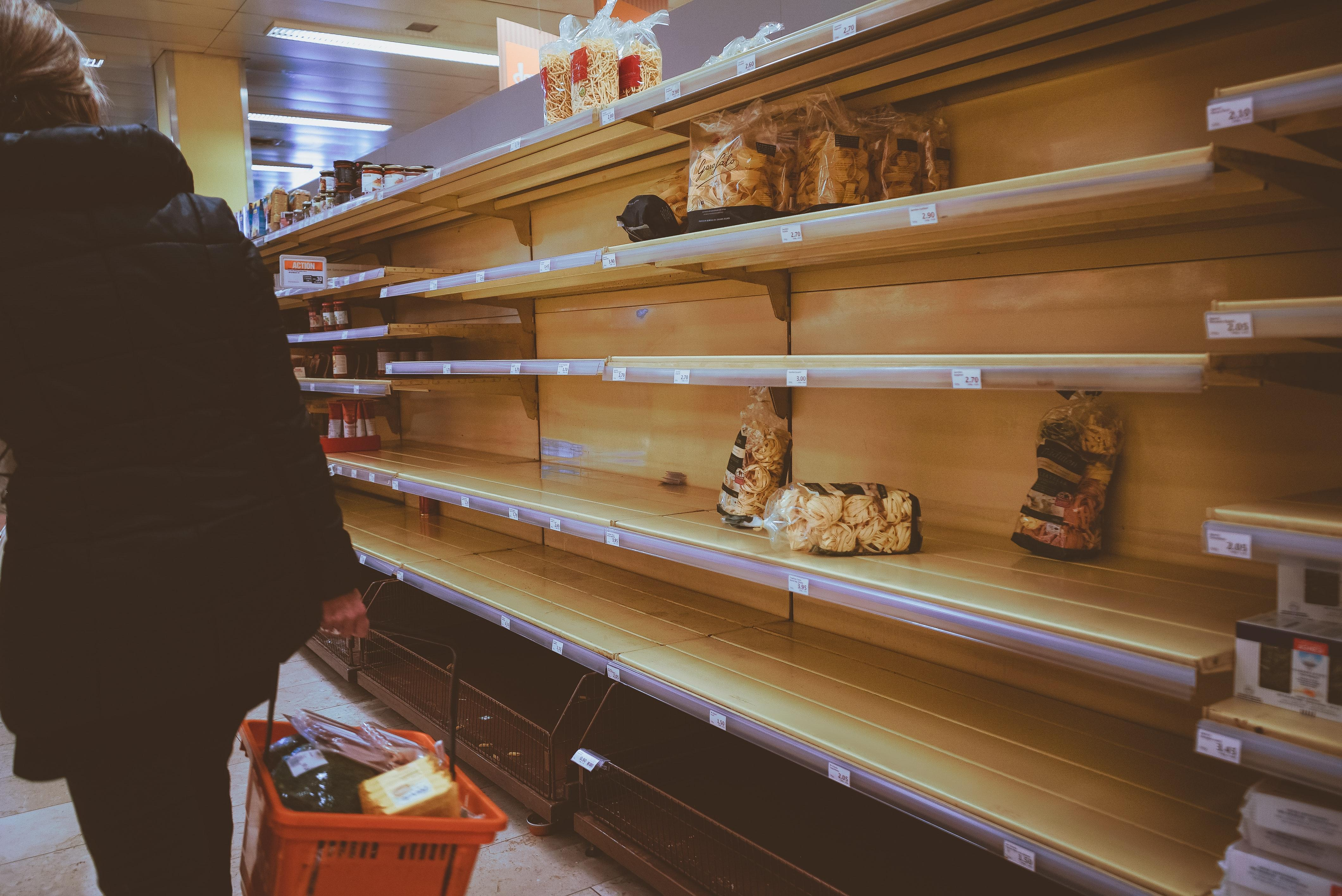 Photo of grocery store shelves (Boris Dunand)